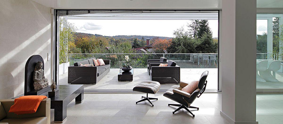 Pentru priveliștea care se vede de pe terasă a meritat ca arhitectura casei să fie regândită.