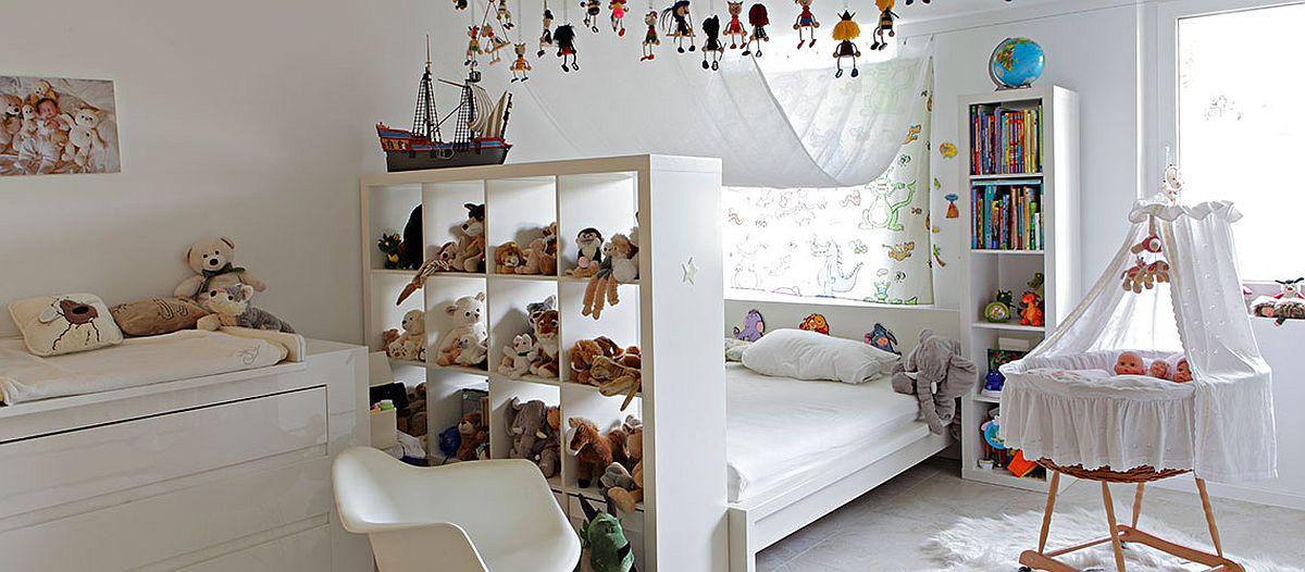 Camera copiilor este configurată tot la demisol și camera spațioasă este împărțită între funcțiuni prin mobilier.