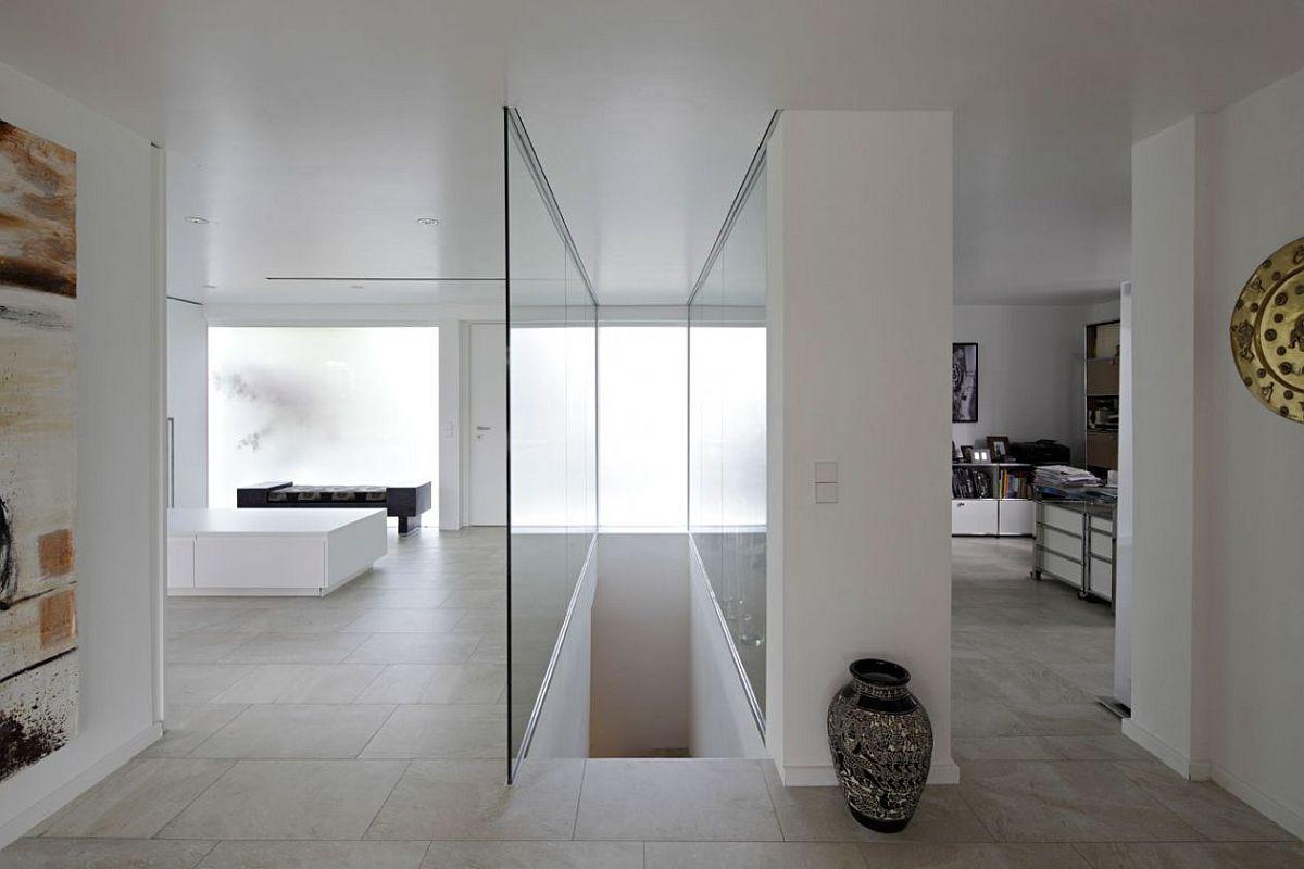 Către demisol se accede pe o scară care beneficiază de lumină naturală ce provine de la fereastra îngustă situată pe fața principală a casei.