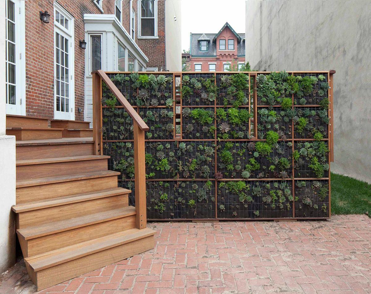 Dacă te lovești de situația unei curți interioare comune, un paravan realizat din metal pe care sunt prinse buzunare pentru plante, deci un soi de perete vertical, poate fi considerată o modalitate de umbrire, dar și de instalație verde. Nu împiedică circulația, nu deranjează vecinii, dar îți poate asigura intimitatea mult dorită. Foto Daedalus Design Build