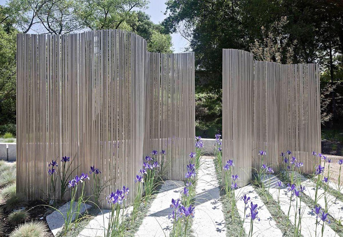 Desigur varianta de artă contemporană poate fi cea mai seducătoare metodă prin care să obții intimitate în grădină, dar care totodată poate atrage și mai mult privirile celorlalți (Foto WA Design Architects). Indiferent cum vei rezolva problema intimității, nu uita că zidurile înalte nu sunt întotdeauna soluția, dar că un peisagist, arhitect sau artist pot veni cu propruneri neașteptate care să ofere un plus nu doar de intimitate, ci și de efet estetic. Sper să te inspire imaginile din acest articol!