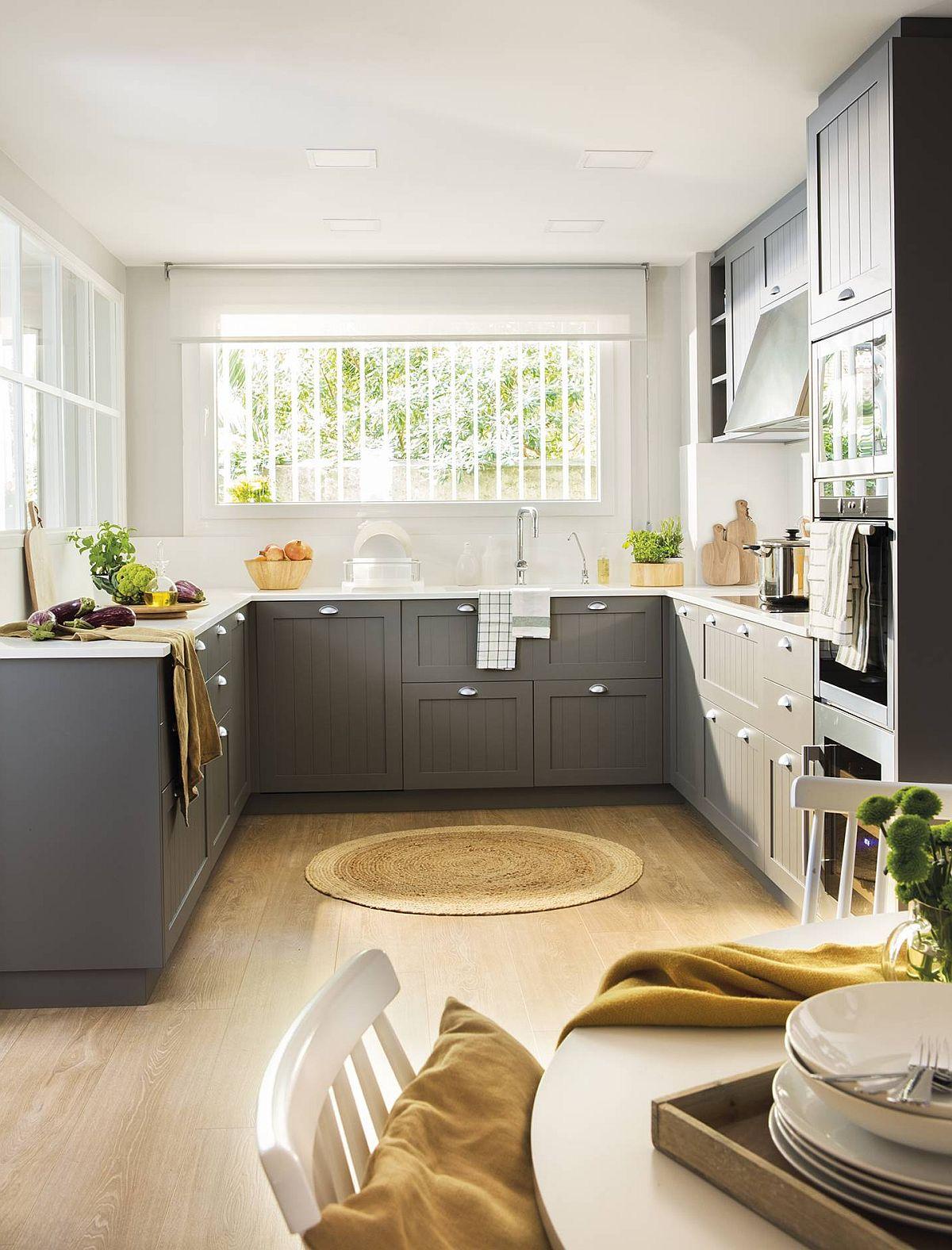 Bucătăria este excelent organizată, având în vedere prezența ferestrelor generoase.