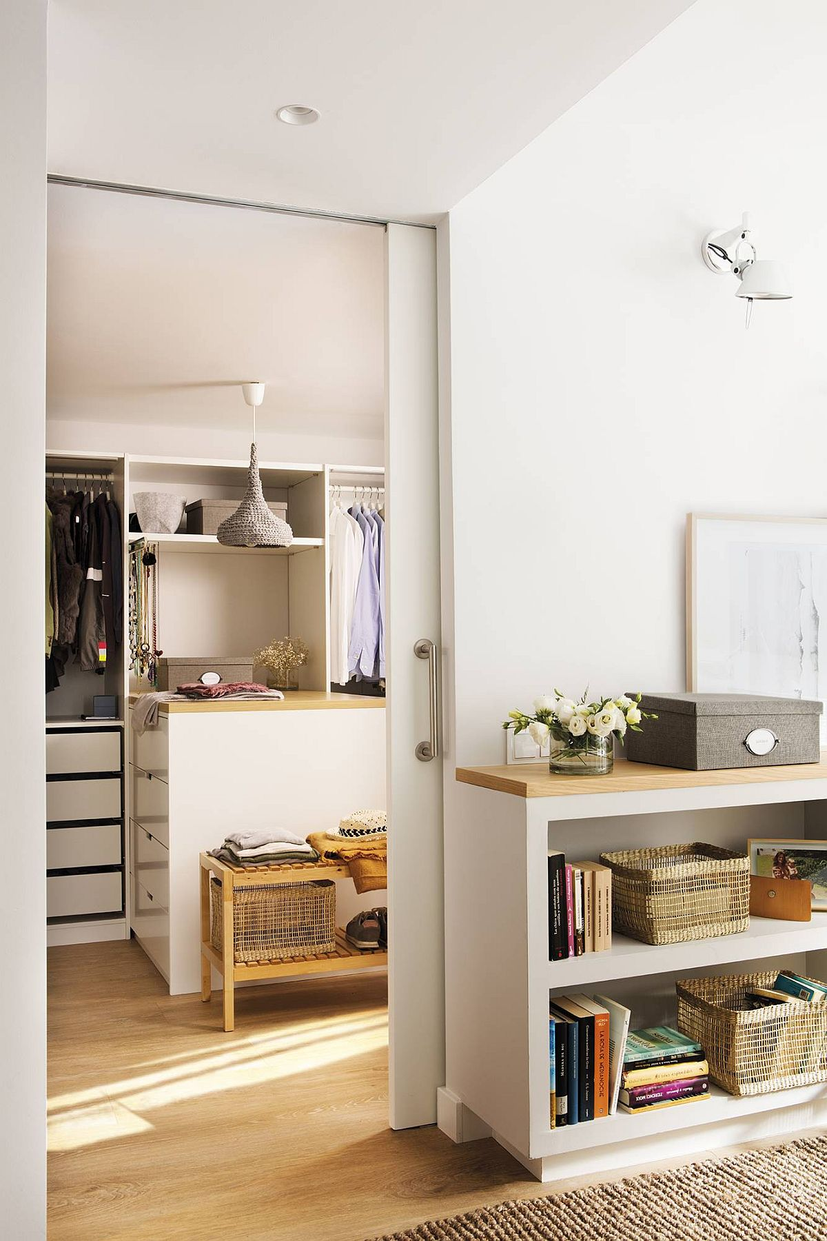 Da, un dormitor fătă mobilă de depozitare pentru că are dressing separat, așa că spațiul destinat odihnei poate rămâne simplu, curat, chiar dacă este mic, pentru că haosul este întotdeauna în spațiul destinat hainelor.