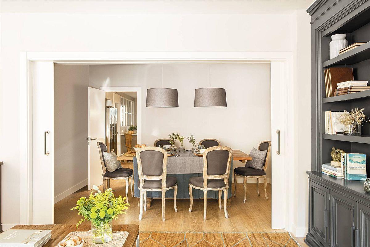 Dinspre ling se deschide și sufrageria, poziționată între camera de zi și bucătărie. Este un spațiu ce poate fi separat cu ajutorul ușilor culisante. Inițial aceste uși erau din lemn de mahon, închise la culoare. Designerul a prevăzut vopsirea lor în alb, astfel ca sufrageria să fie mai luminoasă.