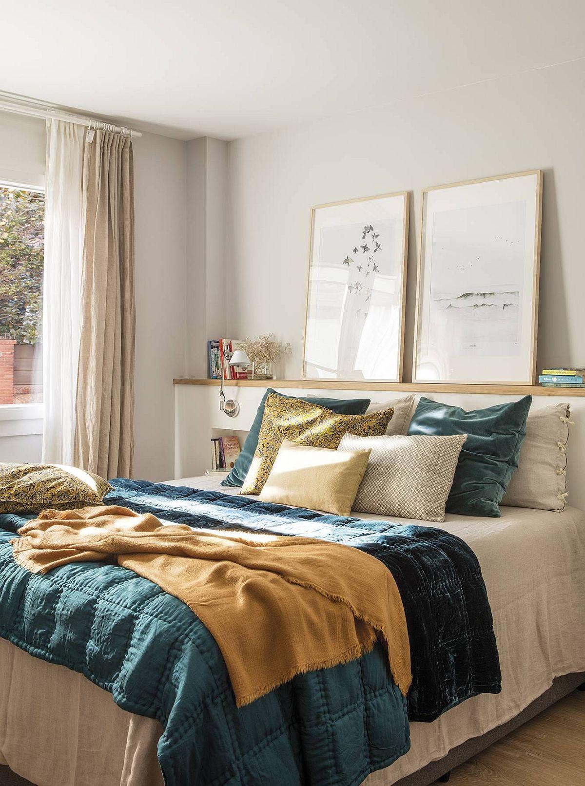 Dormitorul matrimonial nu este mare, dar este armonios decorat. În locu noptierelor este creată un ansamblu care formează tăblia patului, prevăzut cu nișe și cu un mic spațiu de depozitare deasupra.