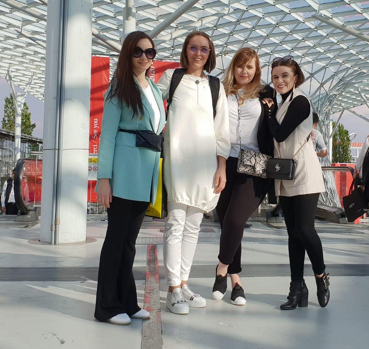 La ediția din 2019 a Salone del Mobile le-am avut alături pe colegele mele de la biroul nostru de design și arhitectură. În stânga mea, arh. Andreea Beșliu, în drepata mea arh. Georgiana Anița și designerul de interior Corina Manea.