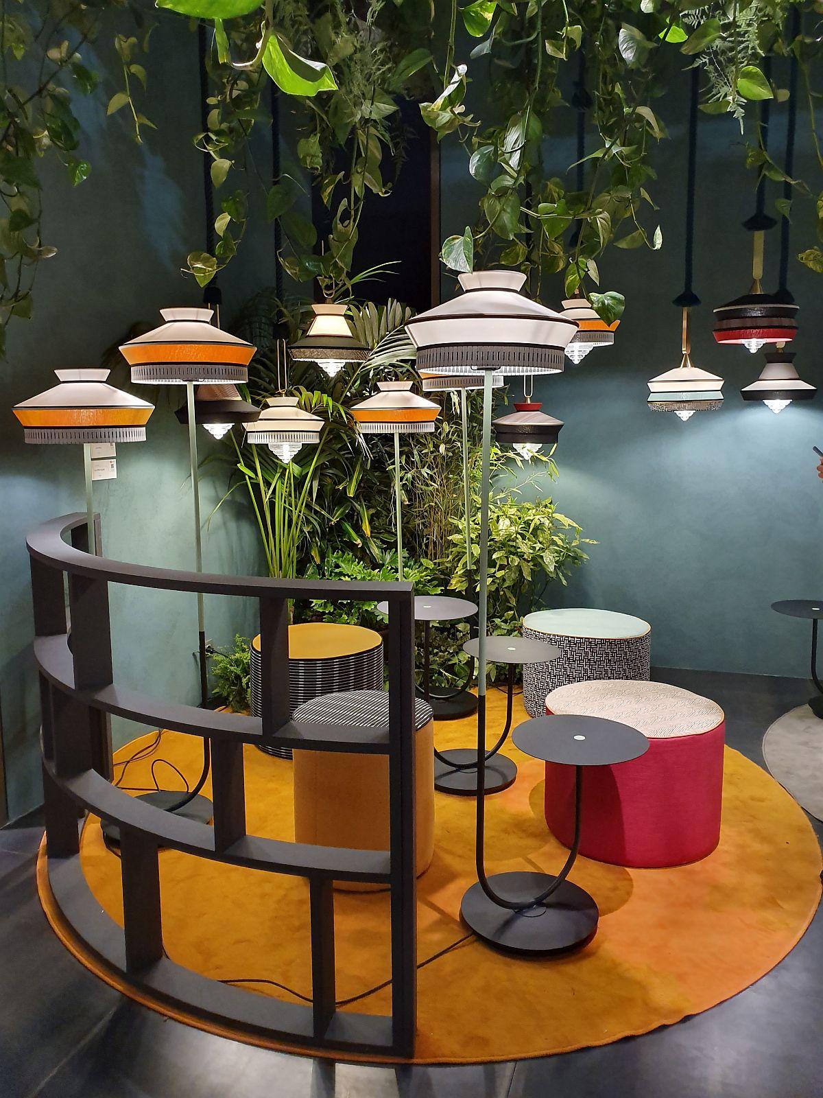 Corpuri de iluminat puse în valoare de alăturarea cu plante suspendate în standul Contardi.