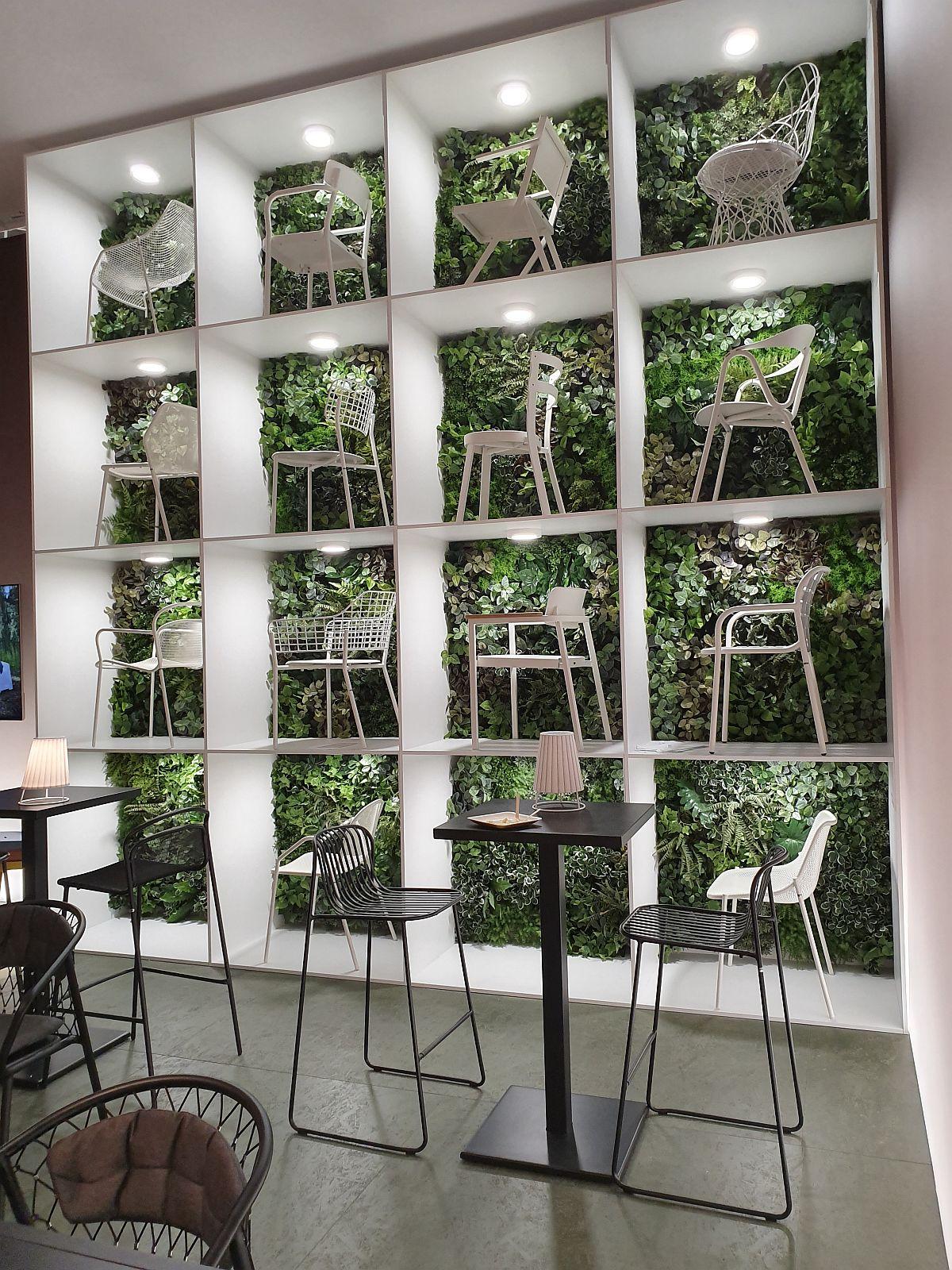 Fundal pentru piese de mobiler cu plante în standul Emu, firmă specializată în mobilier de exterior.
