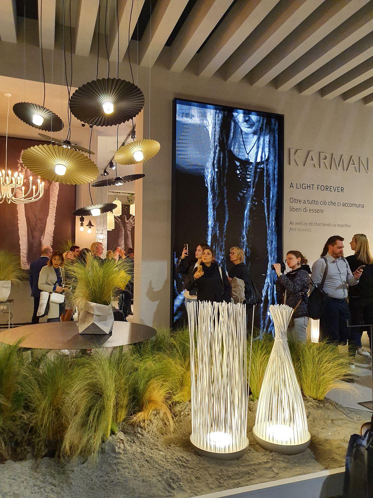 Forme inspirate din natură puse în valoare prin aranjamente cu plante în standul producătorului de corpuri de iluminat Karman.