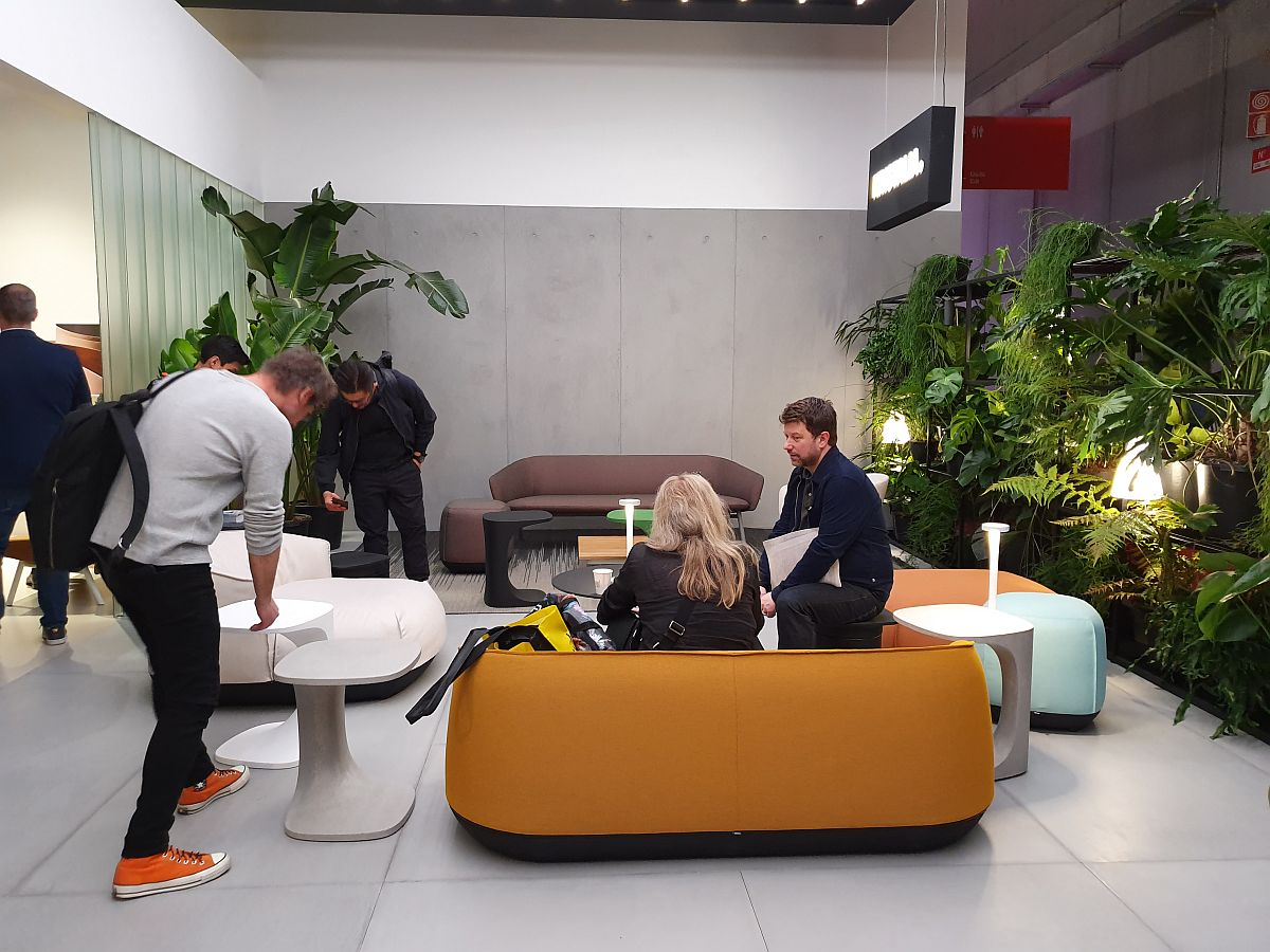 Separare cu plante, dar și orientarea mobilierului pentru a fi create locuri îmbietoare. În standul Kristalia.