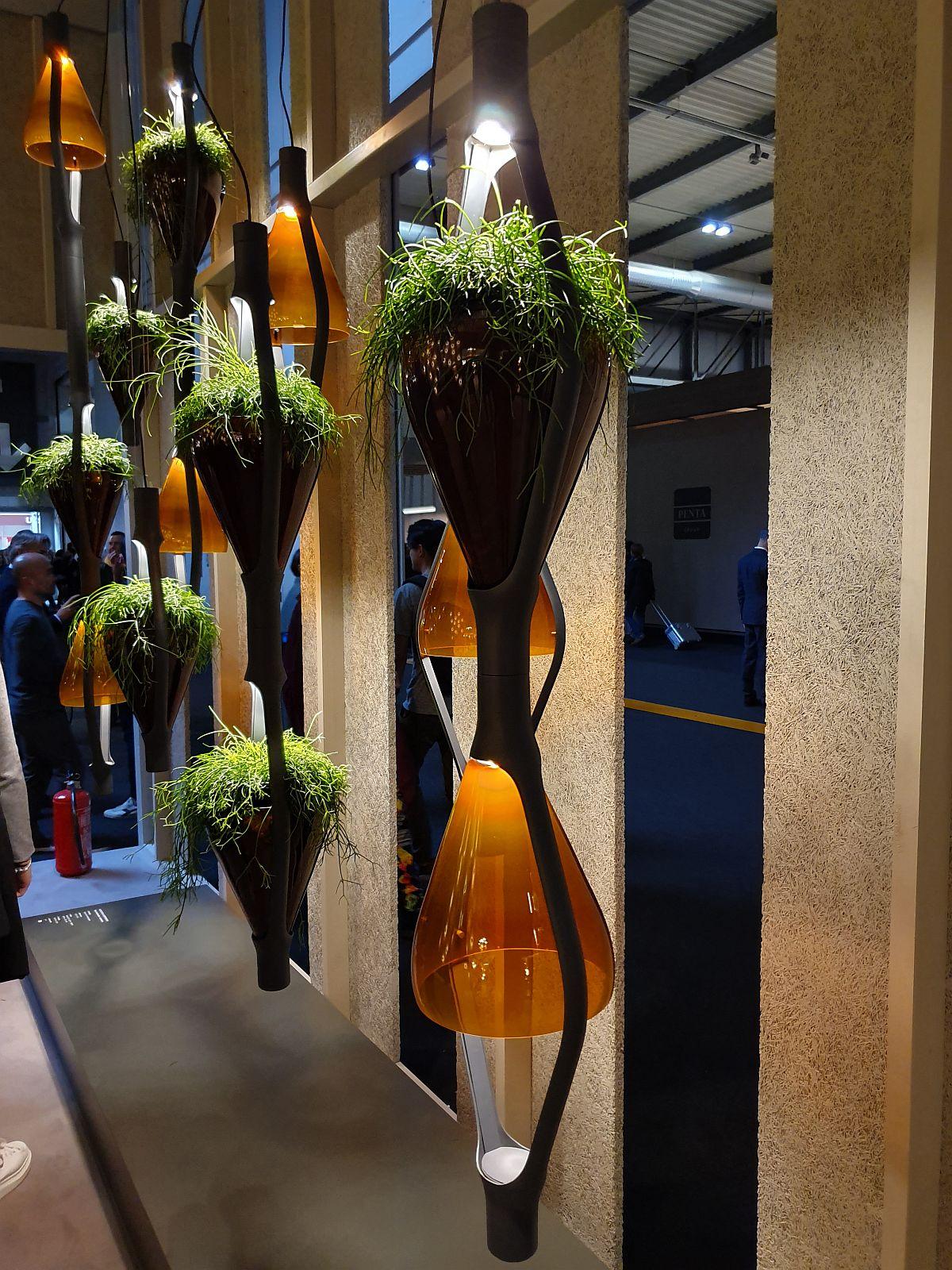 Cei de la Kundalini au creat corpuri de iluminat care să includă și suporturi pentru plante.