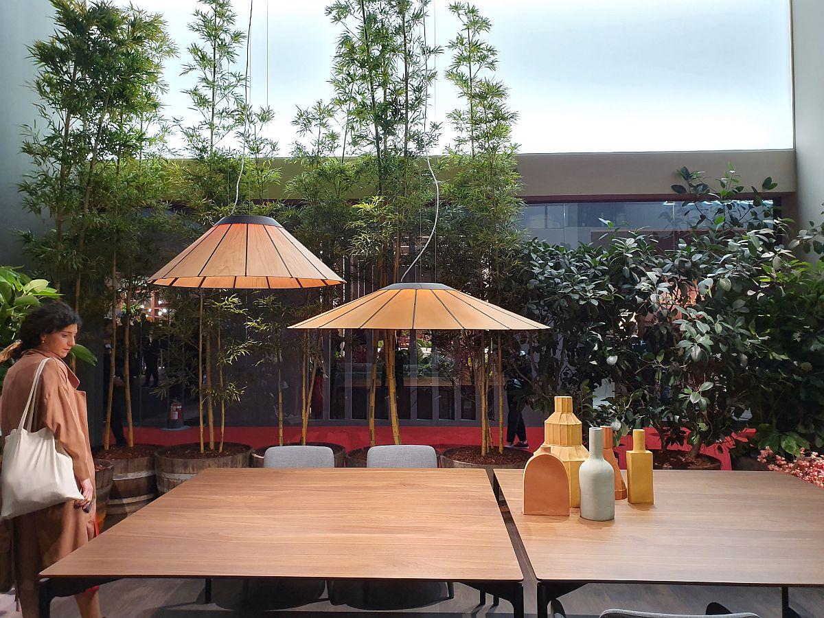 Cu ajutorul plantelor s-a creionat și atmosfera dorită în ambient. Aici un ambinet de la Lema Mobili cu influențe asiatice, ambianță perfect completată de bambușii din fundal.