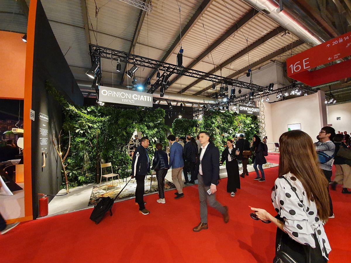 Unul dintre cele mai bogat ornamentate standuri cu plante de la Salone del Mobile 2019, cel al firmei Opinion Ciatti.