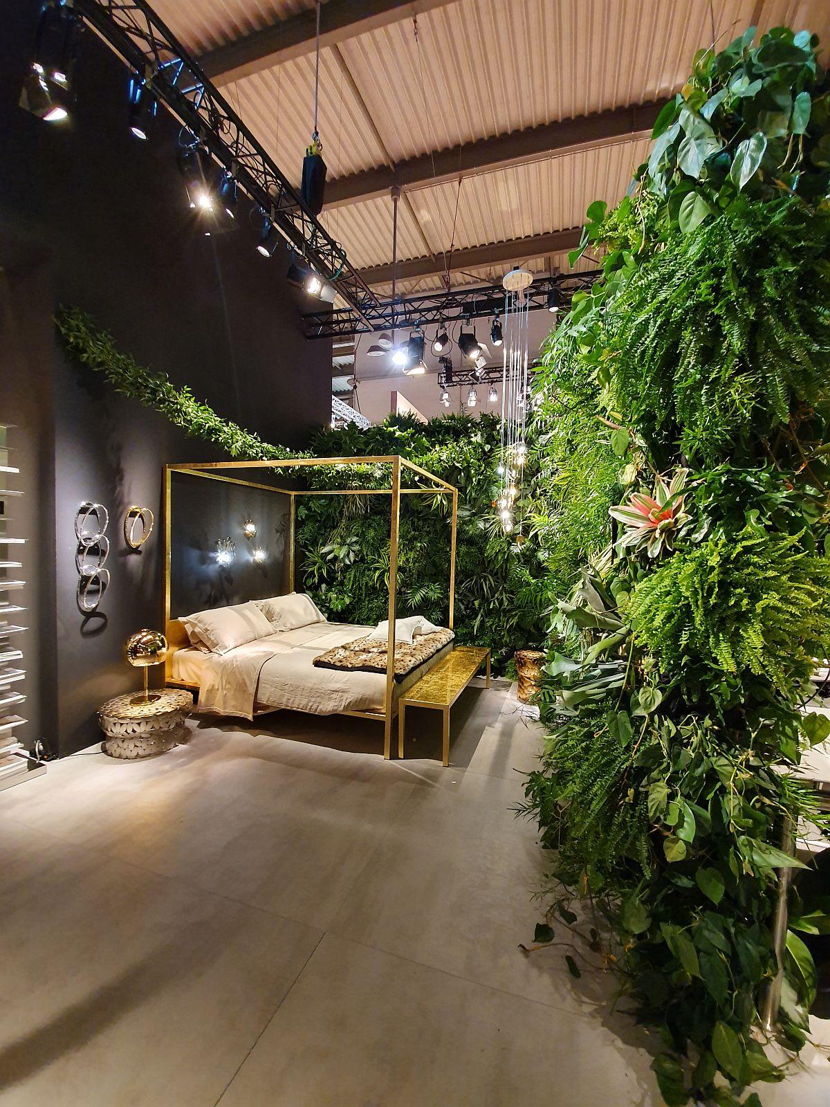 O adevărată junglă urbană în standul Opinion Ciatti care a pus în valoare piesele de mobilier aurite.