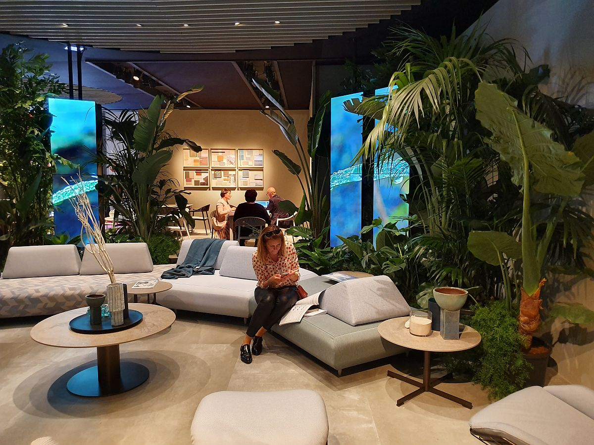 Panouri cu LED și plante în standul Varaschin, o combinație de conteporan și natural care vorbește despre colecțiile de exterior produse de către firmă.