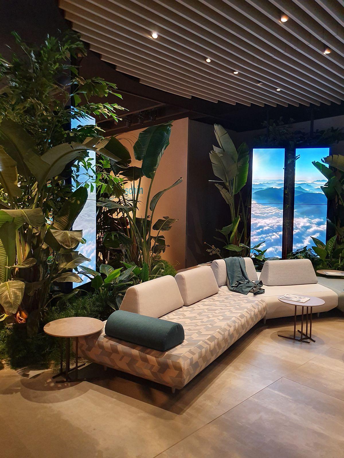 Proiecții pe panourile LED din spatele mobilierului de exterior de la Varaschin îți dădeau impresia de ferestre.