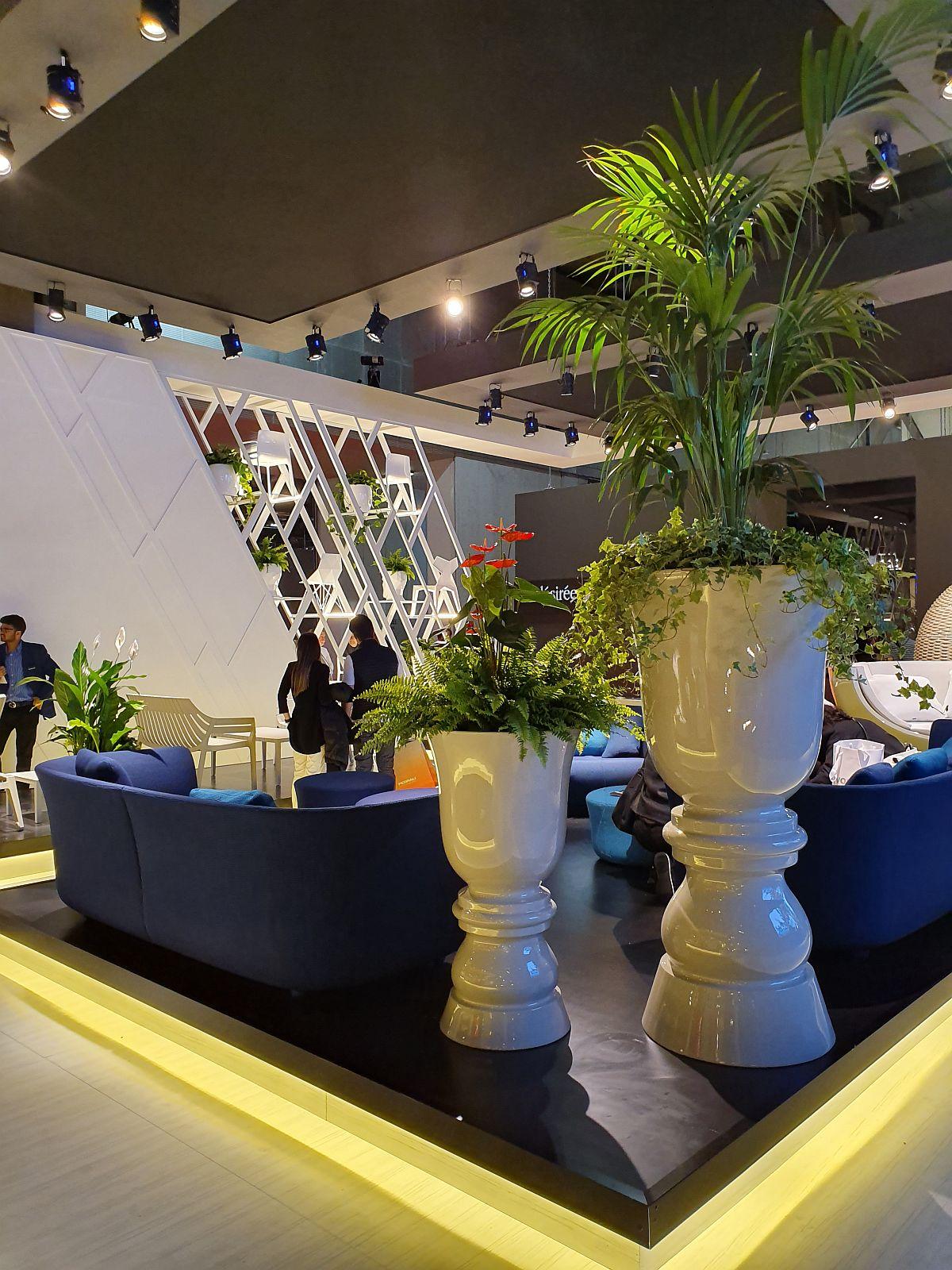 Vase supradimensionate pentru plante impozante în standul Vondom. Iluminatul lu LED a completat spectacolul vizual.