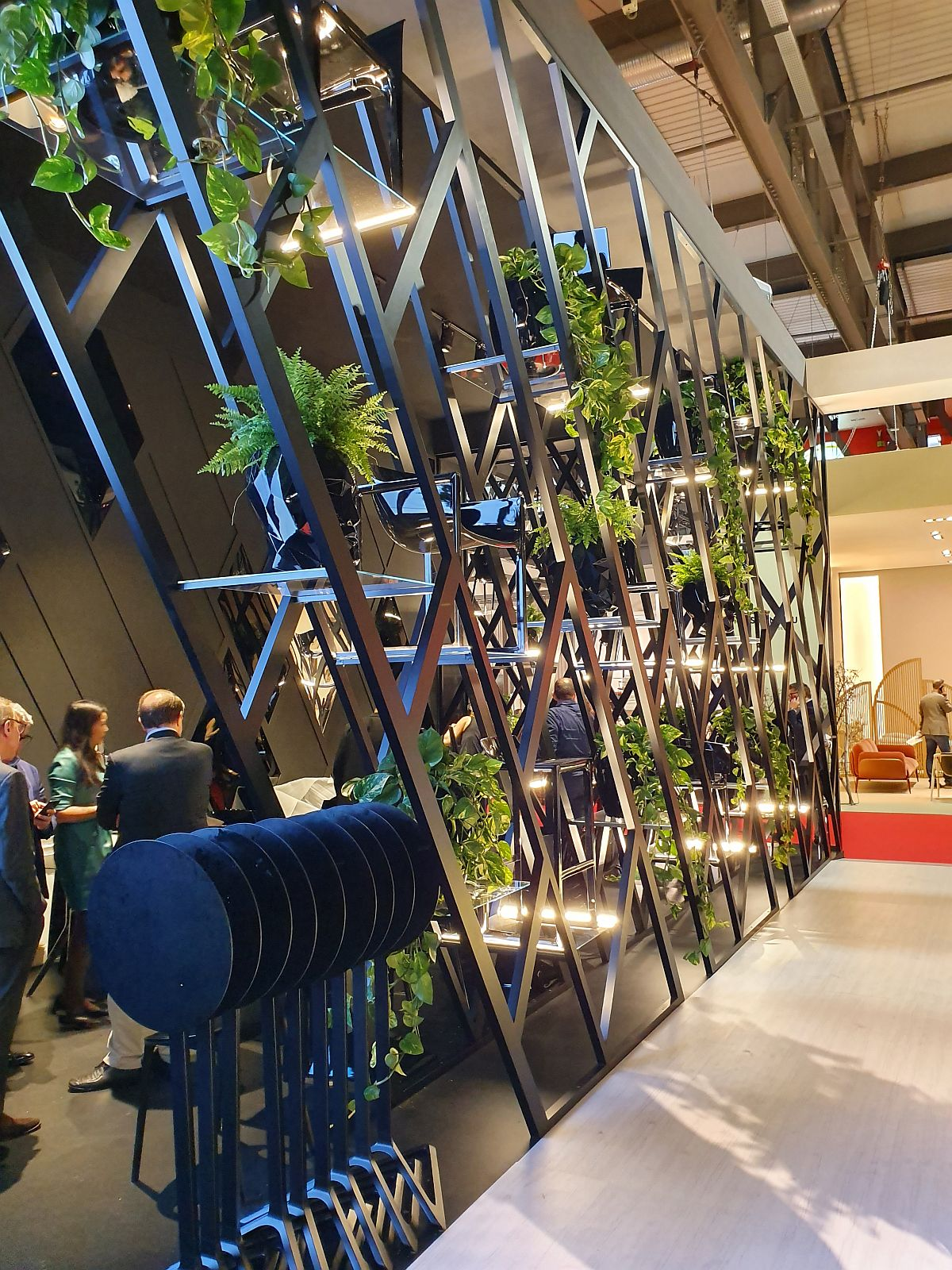 Structuri de delimitare a spațiilor din standul Vondom, dar pline cu plante.