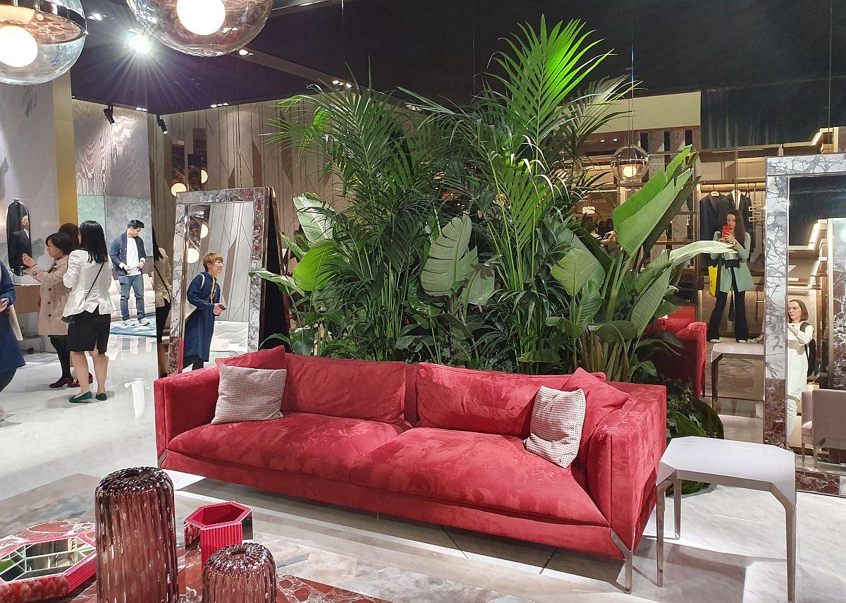 Plantele mari folosite ca și contrast cromatic în relație cu piesele de mobilier expuse. În standul Visionnaire.