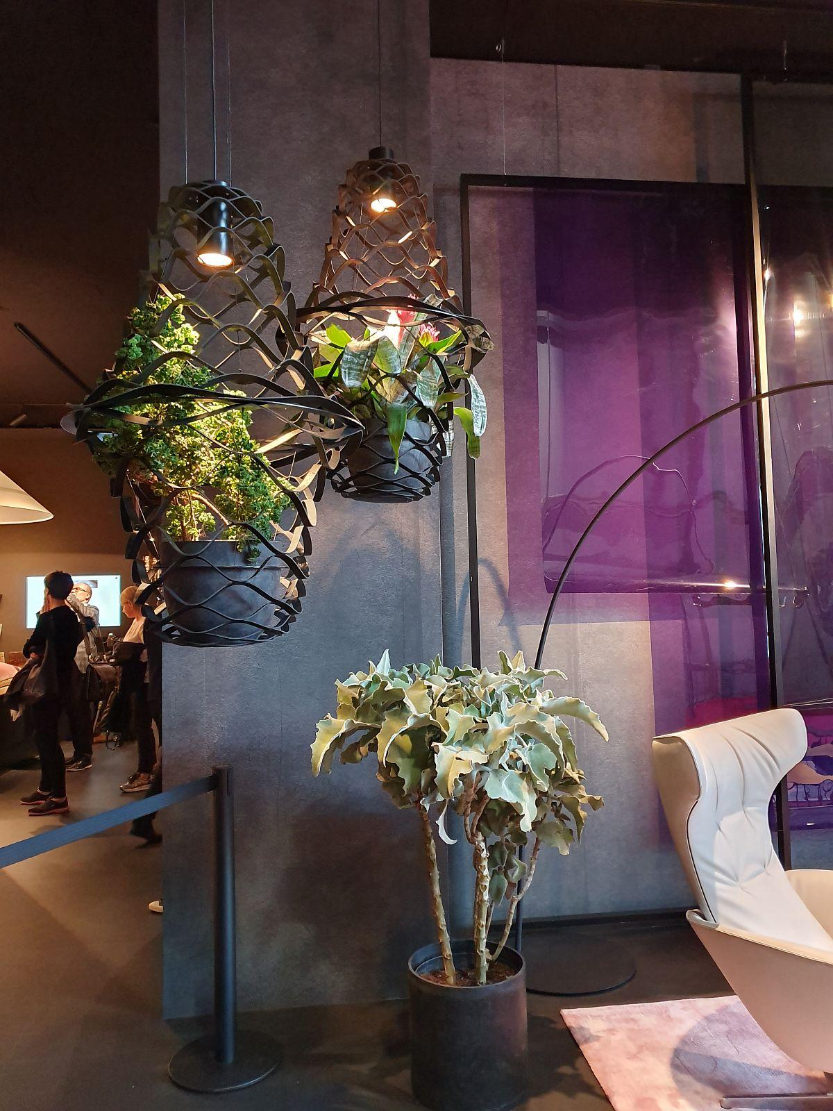Pe lângă mobilă au fost expuse și suporturi inedite pentru plante. Aici de la Walter Knoll.