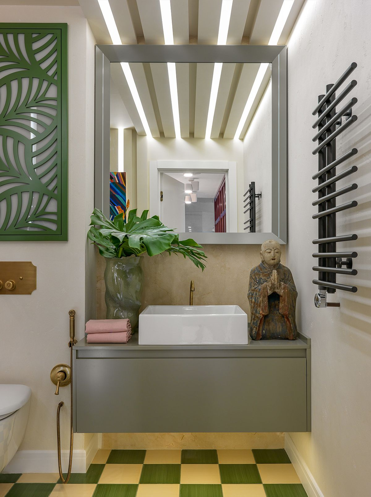 Baia este colorată și tratată curajos sub aspectul culorilor și combinațiilor de materiale. La nivelul plafonului a fost conceput un iluminat decorativ cu benzi LED: