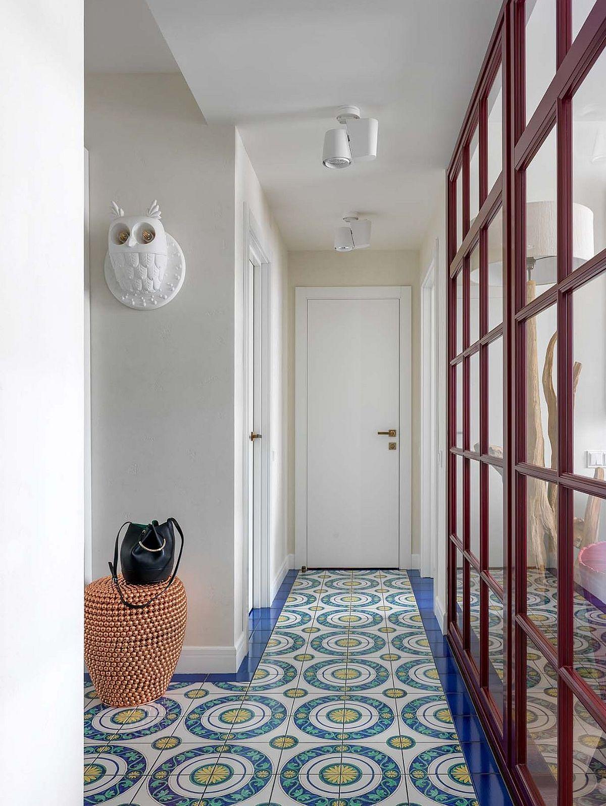 Imagine dispre bucătărie către hol. În capătul holului este ușa de la baie.