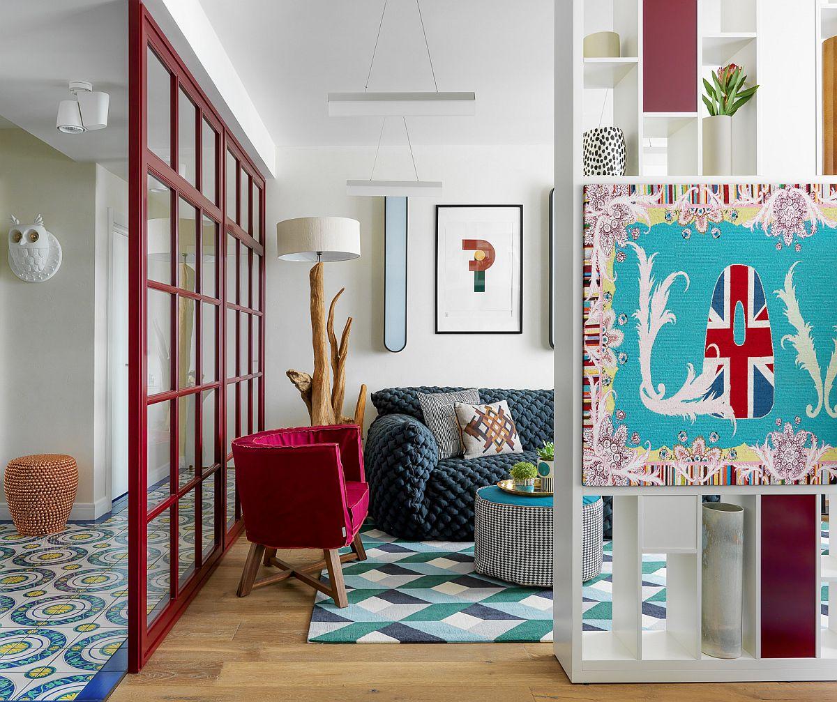 Spațiul zonei de zi este delimitat în mai multe funcțiuni prin mobilier și tâmplărie. Stilul de amenajare este unul eclectic, piese de mobilă contemporane și accente decorative la nivelul corpurilor de iluminat și decorațiunilor cu aer exotic, din Indonezia.