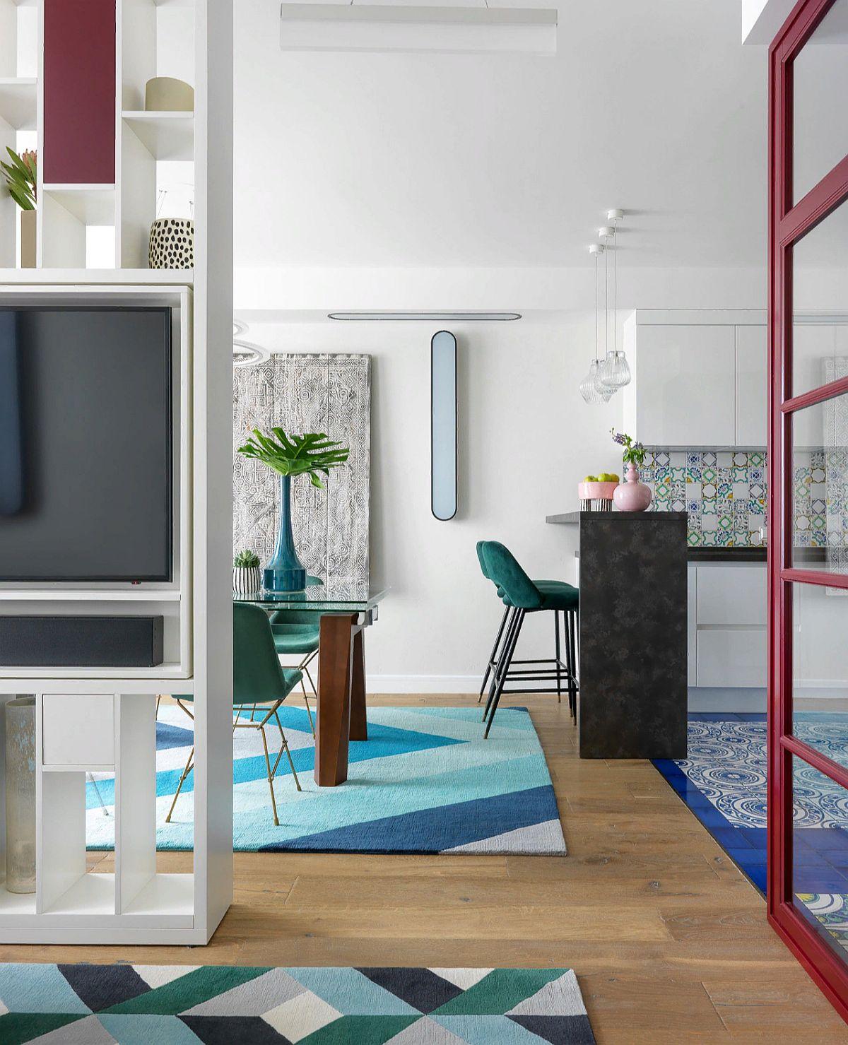 Între living și locul de luat masa designerii au prevăzut o bibliotecă ce încadrează și televizorul. Piesa de mobilier a fost realizată pe comandă după proiectul designerilor.