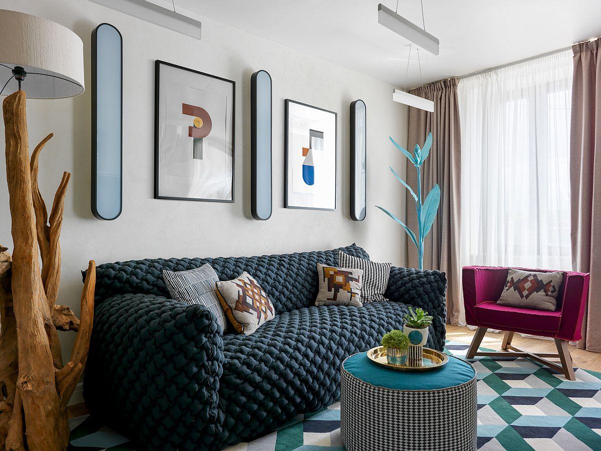Mobila pentru zona de ședere din living este una confortabilă și cu un design actual. Canapeaua, puful și fotoliile sunt de la Gervasoni. Deasupra canapelei sunt lucrări semnate de Dmitry Samygin, iar lampadarul este de la Nature Design.