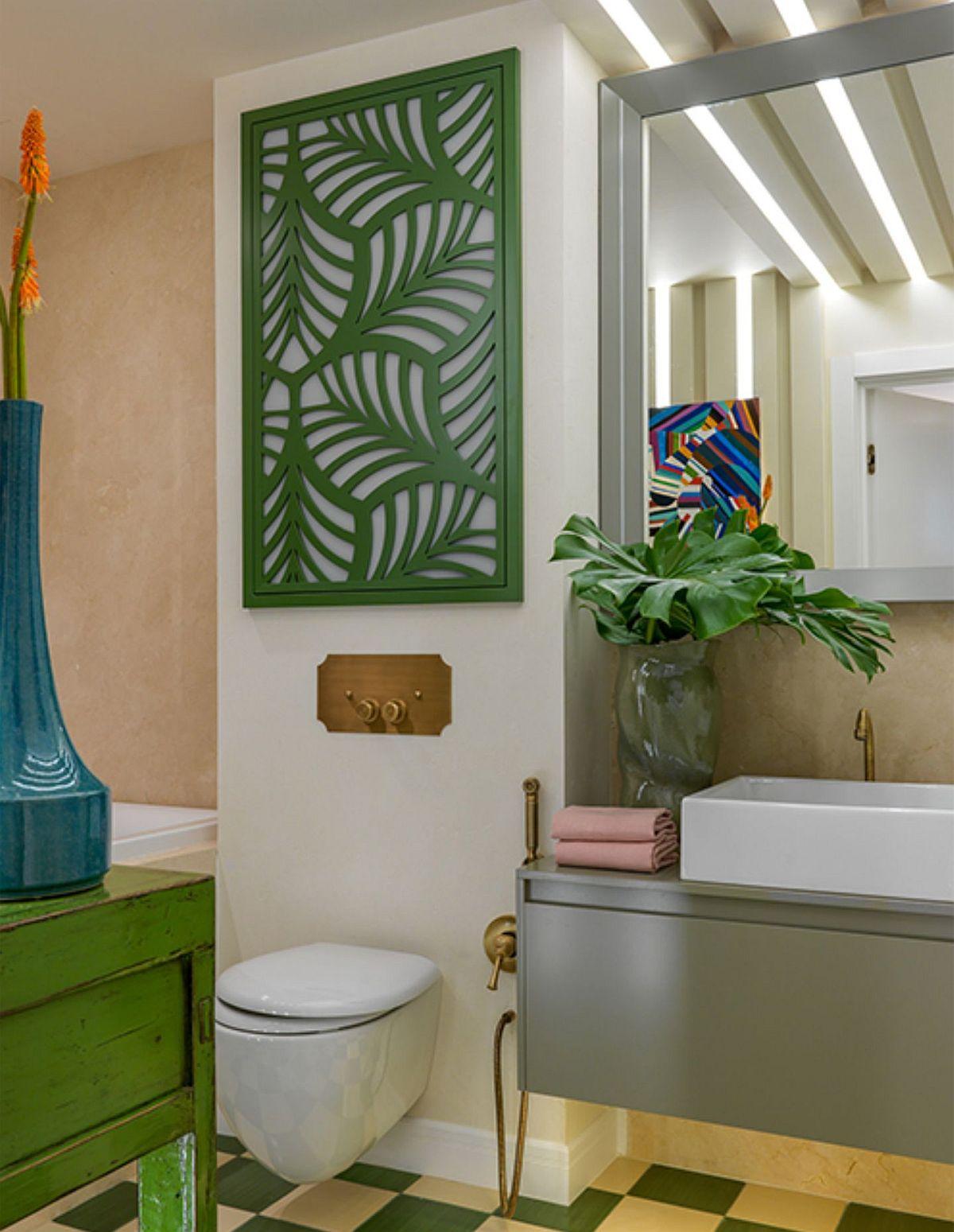 Deasupra vasului de toaletă a fost montat un panou decorativ traforat din MDF cu motive vegetale.