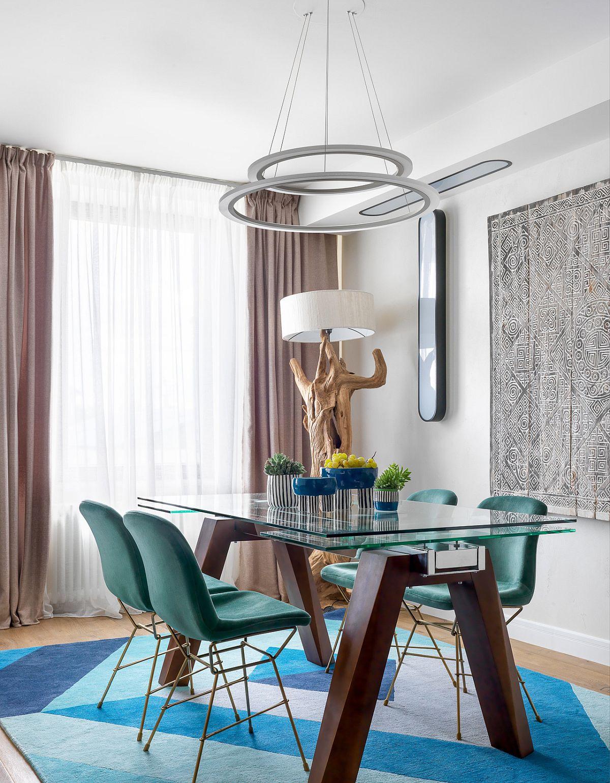 Draperiile și perdelele din sufragerie sunt similare cu cele din living, având în vedere că ambele funcțiuni coexistă în același spațiu. Masa este de la firma La Seggiola, scaunele de la Potten Polls.