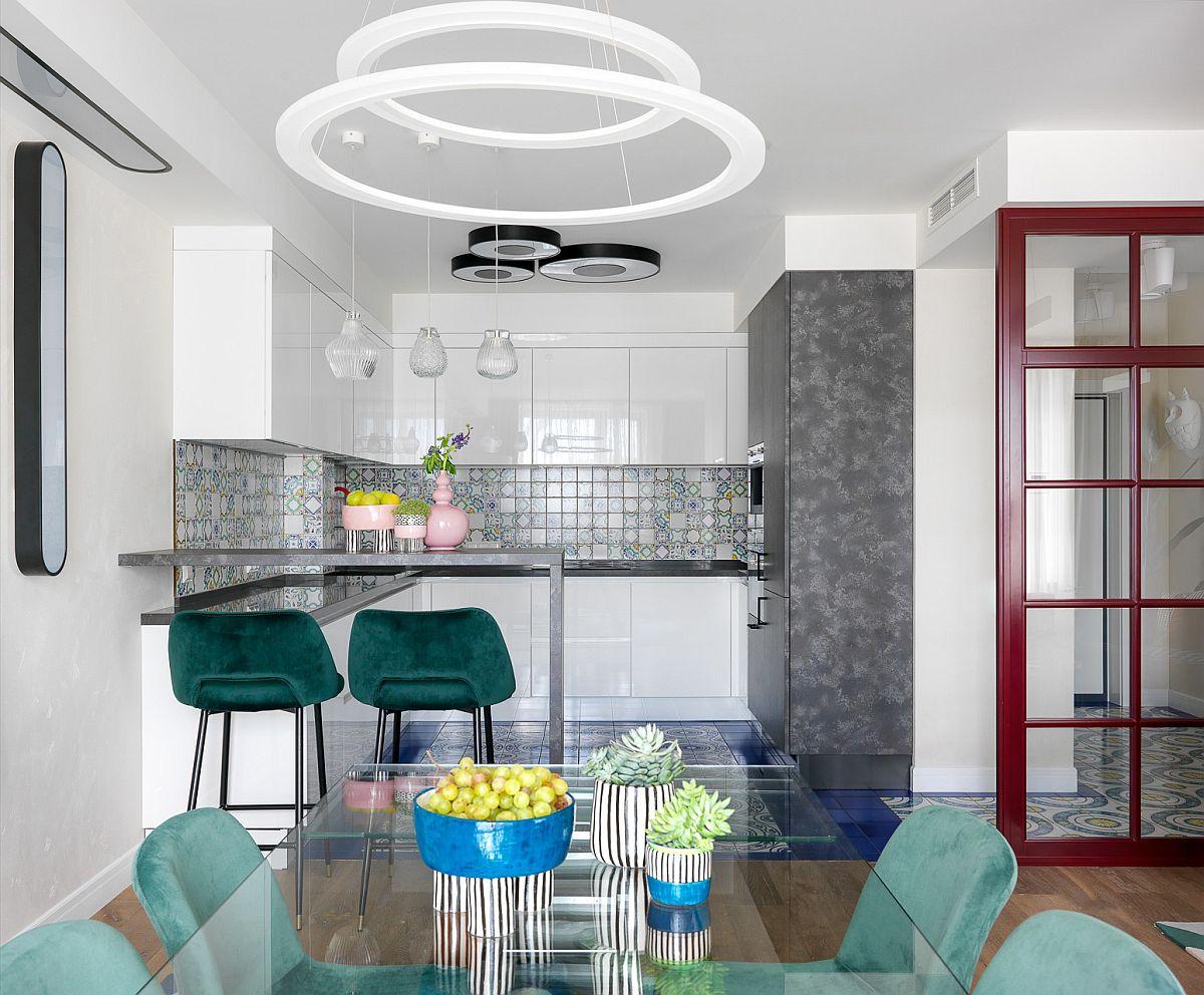 Bucătăria este configurată în L și este comandată de la furniorul italian Aster Cucine.
