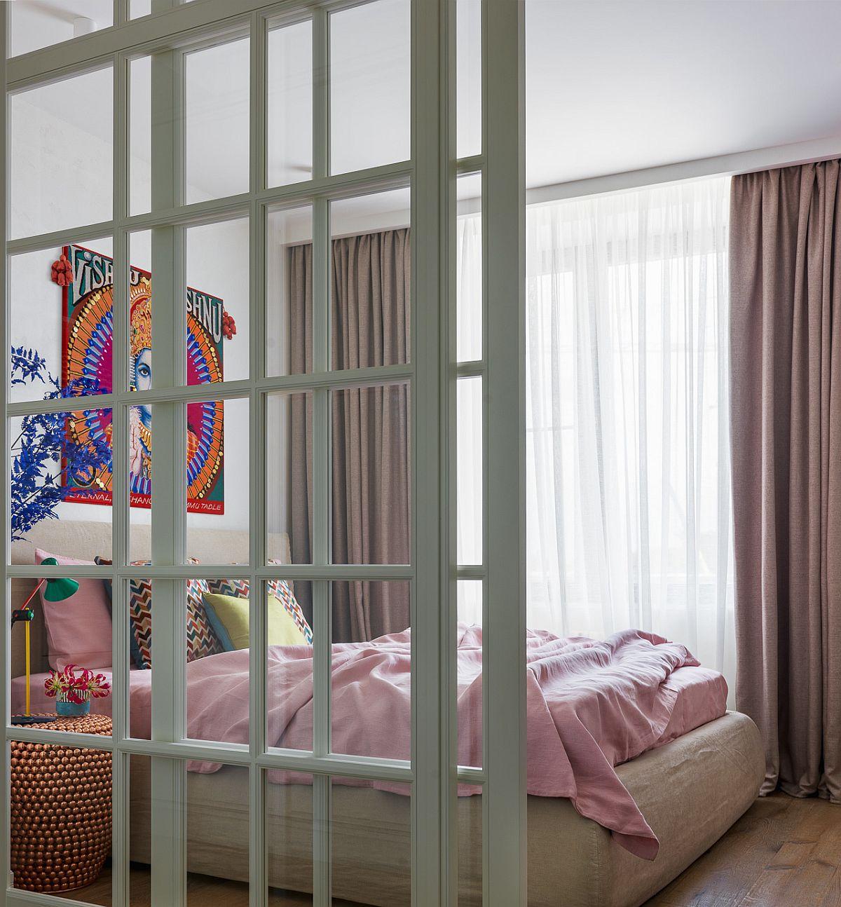 Între dressing și dormitor există o separare cu ușă culisantă cu panouri din sticlă, toată tâmplăria fiind realizată pe comandă. Spațiul dormitorului este destinat exclusiv odihnei și este mobilat doar cu un pat confortabil.
