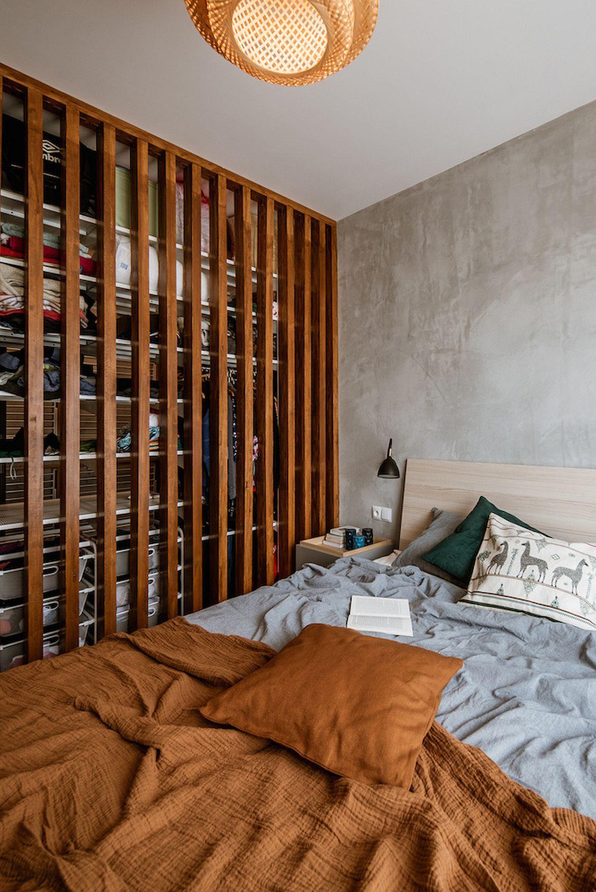 În lateralul patului este dressingul separat cu rifleje din lemn. Dressingul beneficiază astfel de lumină naturală, iar la interiorul lui pentru eficientizarea spațiului s-au folosit sisteme și accesorii