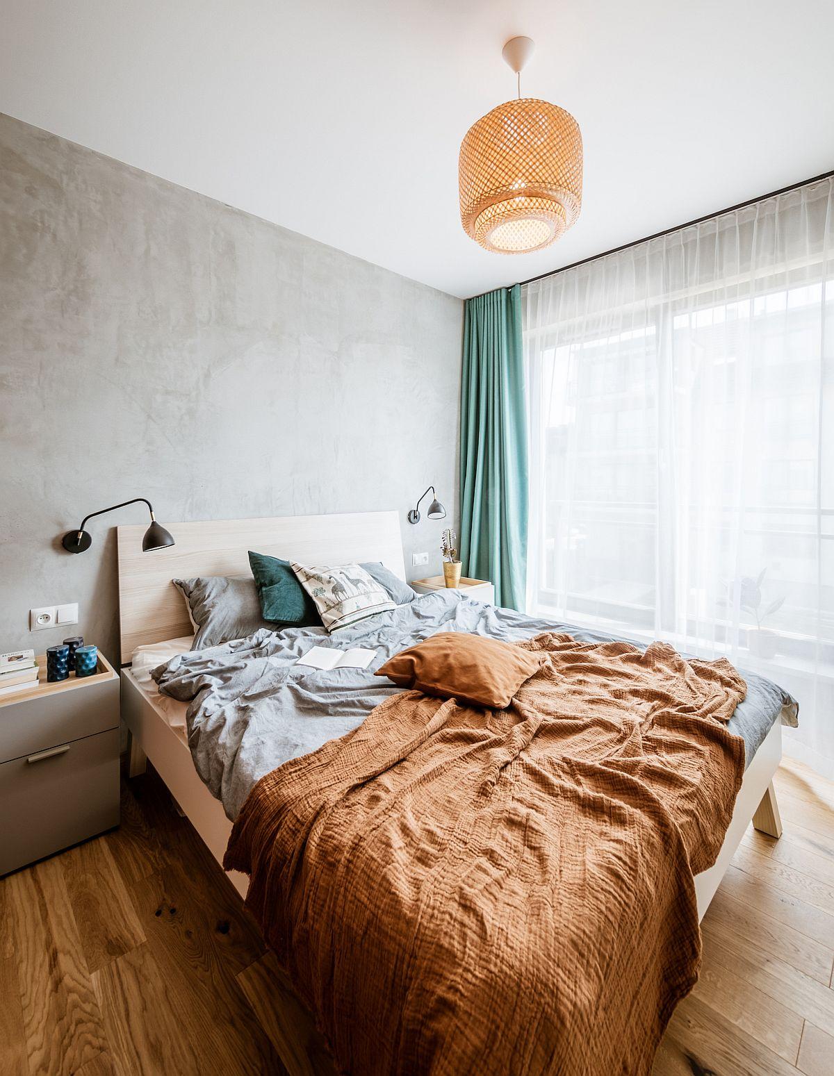 Dormitorul este o cameră împrățită între locul de odihnă și cel de dressing. Zona patului este simplu tratată, unde parchetul este la vedere.