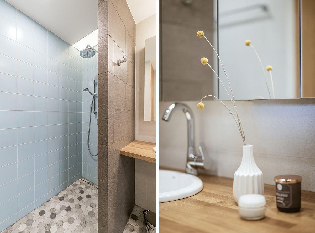 Baia mică, din zona de zi, accesibilă din dreptul sufrageriei, a fost modificată, astfel ca zona de duș să fie una delimitată cu zid și nu cu panou de sticlă.