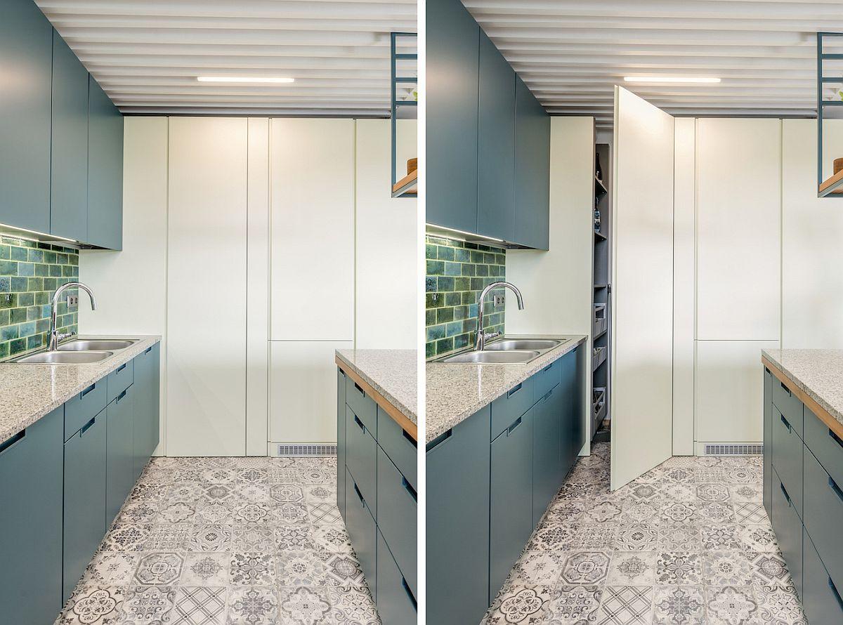 În lateralul bucătăriei sunt concentrate spațiile pentru electrocasnicele mari, care sunt mascate, dar și pentru cămară, configurată similar unui dulap. Toate fețele ușilor sunt în același plan, astfel ca tot ansamblu să fie cât mai discret, să arate ca o placare.