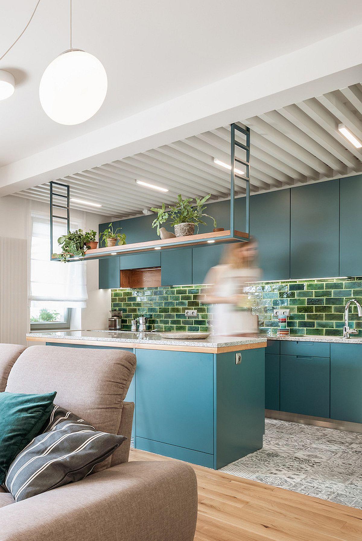 La nivelul plafonului din bucătărie sunt prevăzute riflaje printre ele fiind prezente sursele de iluminat.