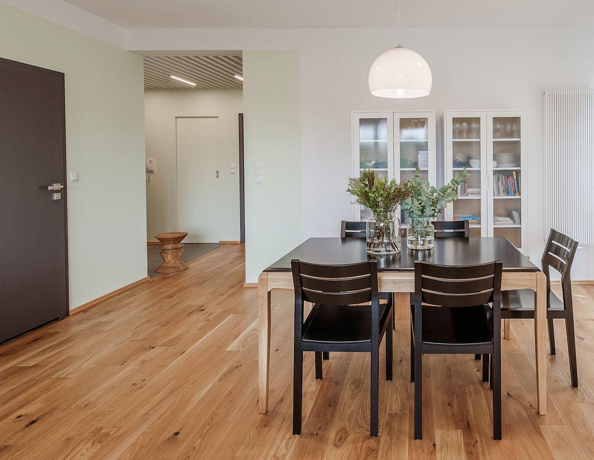 Ușile interioare sunt închise a culoare, ca atare arhitecții au prevăzut în ambient câteva piese închise astfel încât ușile să fie mai bine integrate, cum ar fi scaunele din sufragerie și scaunele de bar. Zona de zi este deschisă către hol, unde plafonul este tratat similar celui din bucătărie.