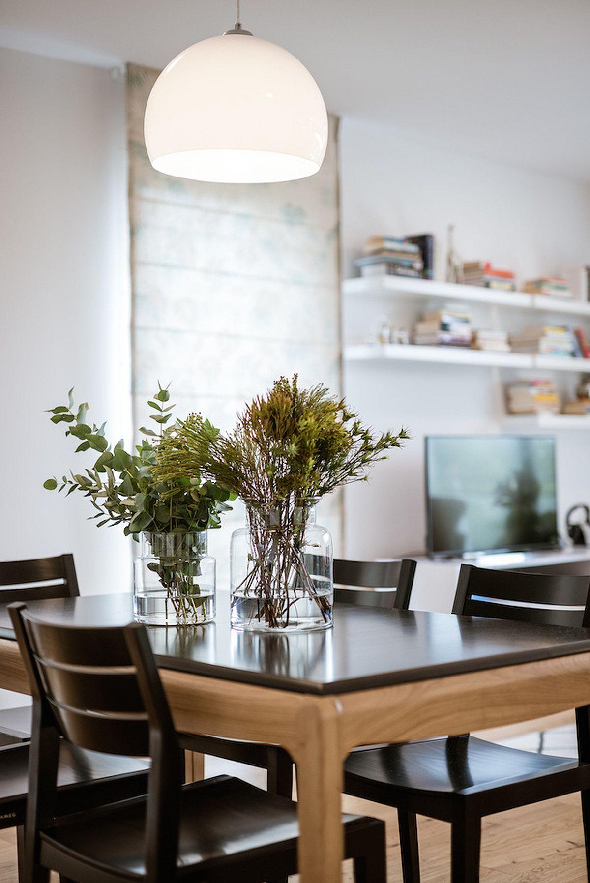 Sufragerie coexistă în spațiul zonei de zi, masa fiind punctată și de prezența unui corp de iluminat prevăzut deasupra ei.