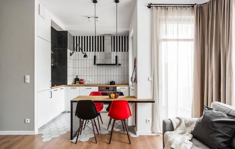 Pentru a nu aglomera spațiul bucătăriei, arhitecții au prevăzut ca în zona hotei peretele să fie liber de corpuri suspendate, însă au tratat suprafața pentru un efect decorativ de impact.