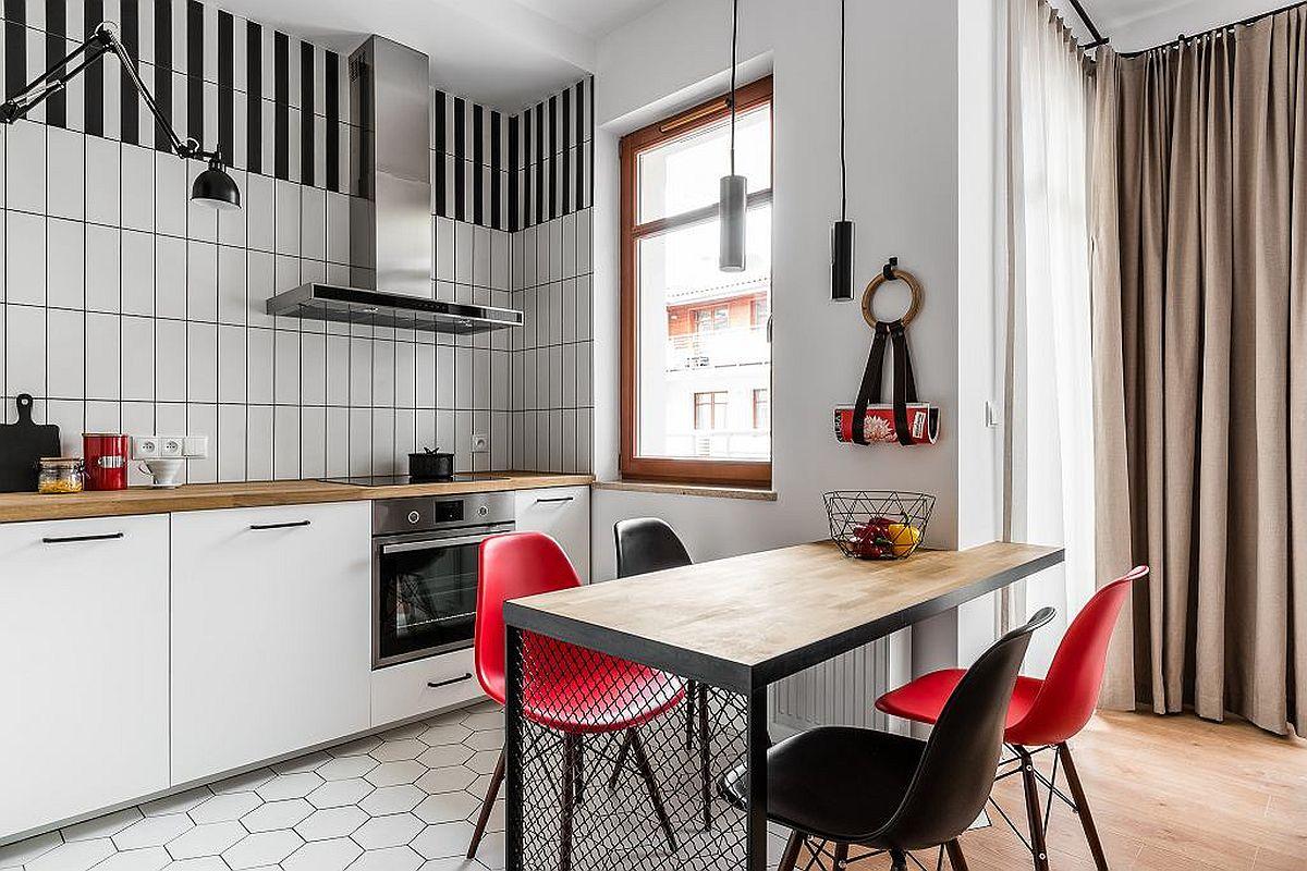 Locul de luat masa este la granița dintre bucătărie și living. Pentru a putea fi bine încadrată în spațiu, masa a fost realizată pe comandă pentru a prelua și o parte din colțul spațiului. Scaunele au fost alese astfel încât petele de negru și roșu să fie repetate pentru coerența cromatică. Astfel, când nuanțele sunt similare, ambientul se simte mai puțin aglomerat și fragmentat.