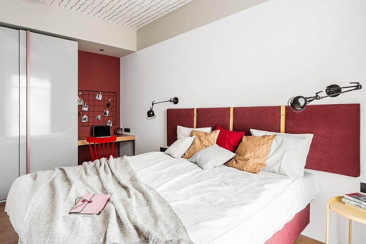 Într-un colț al dormitorului, după dulapul pentru depozitare, a fost creat un loc de birou. Deși nu e de dorit ca acesta să fie în dormitor, în cazul de față a fost cea mai bună opțiune.