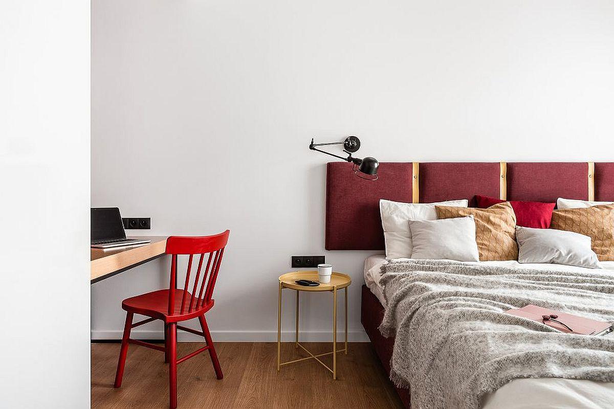 Spațul fiind mic, s-a ales un pat pe comandă, respectiv o somieră tapițată în lateral peste care este pusă salteaua. De asemenea, tăblia patului este o placare tapițată montată direct pe perete, deci nu face parte din corpul patului, ceea ce înseamnă economie de spațiu la nivelul pardoselii pe lățimea camerei.
