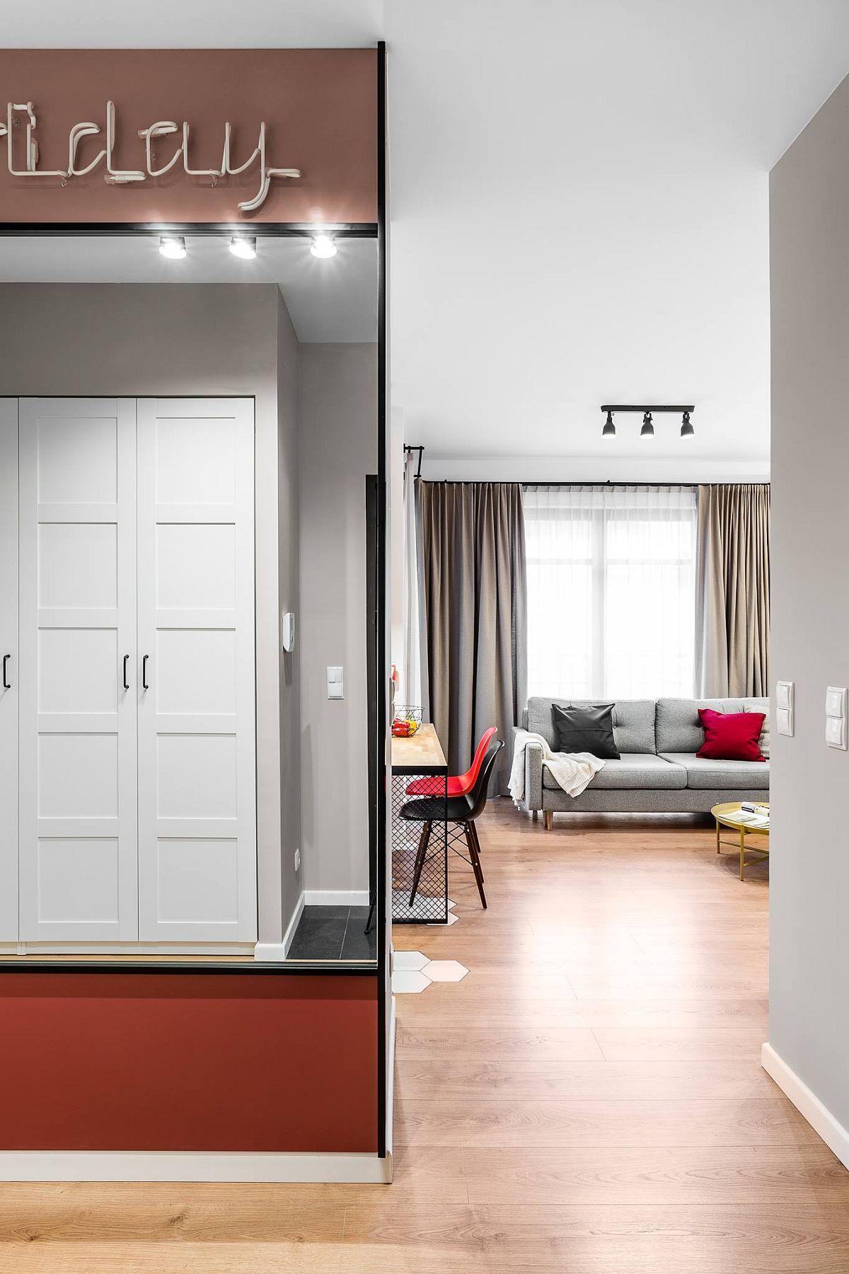 Zona de zi este separată față de cea de noapte prin hol, de unde se deschid dormitorul în dreapta și baia în stânga. Holul beneficiază de un decor în acord cu restul amenajării, peretele ce ascunde bucătăria fiind placat cu oglinzi.