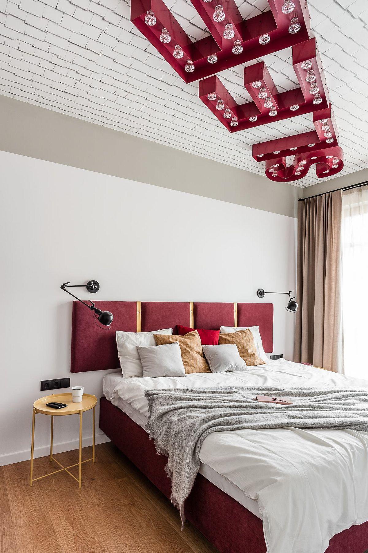 Dormitorul este inedit amenajat prin modul cum este tratat plafonul. În loc de corpuri de iluminat, arhitecții au prevăzut litere cu becuri care formează cuvîntul Sleep. De asemenea, suprafața plafonului a fost îmbrăcată cu un tapet cu model imprimat 3D, care dă imprsia de placare.