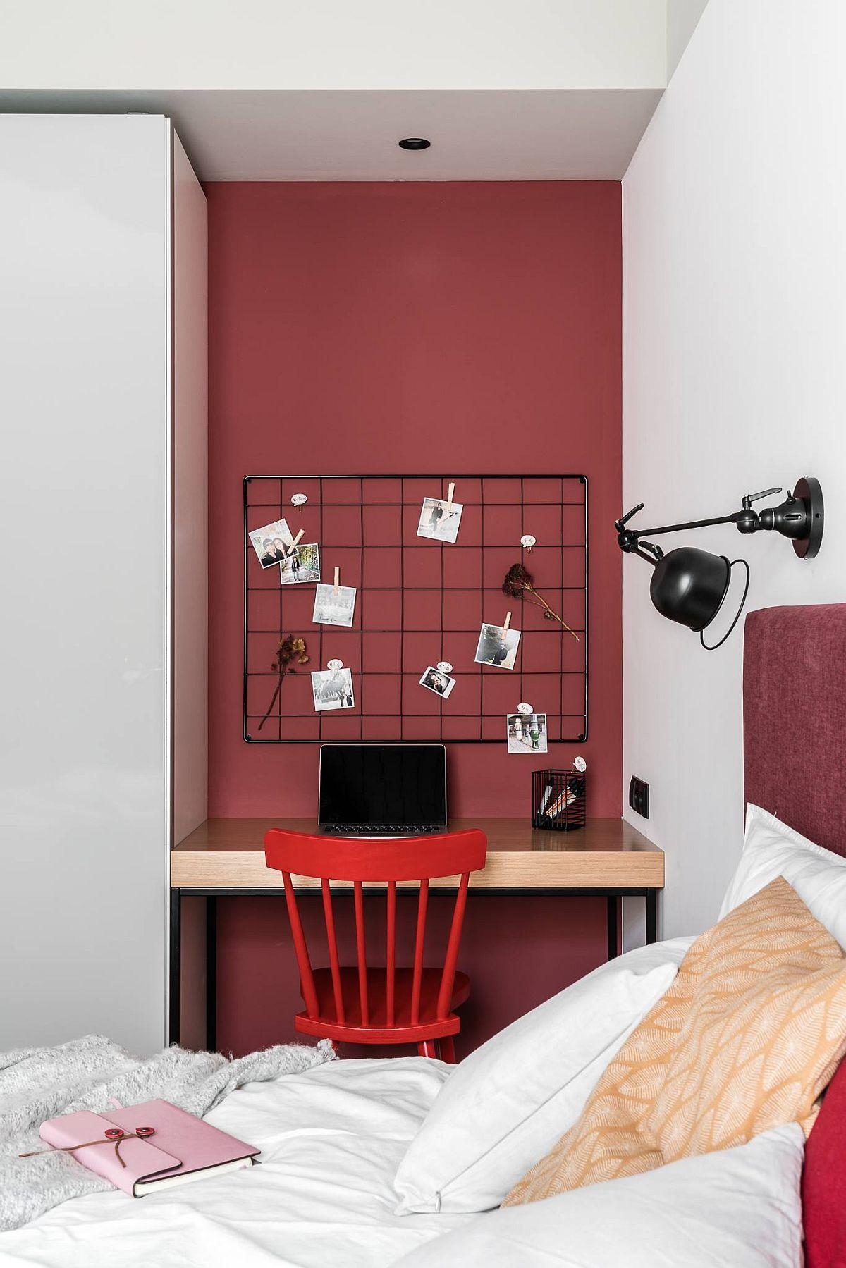 Pentru ca zona de birou să nu se simtă claustrofobicp, arhitecții au creionat-o într-o nuanță mai intensă care stimulează atenția, dar au tratat totul cât mai minimal în rest pentru ca această zonă să nu devină aglomerată.