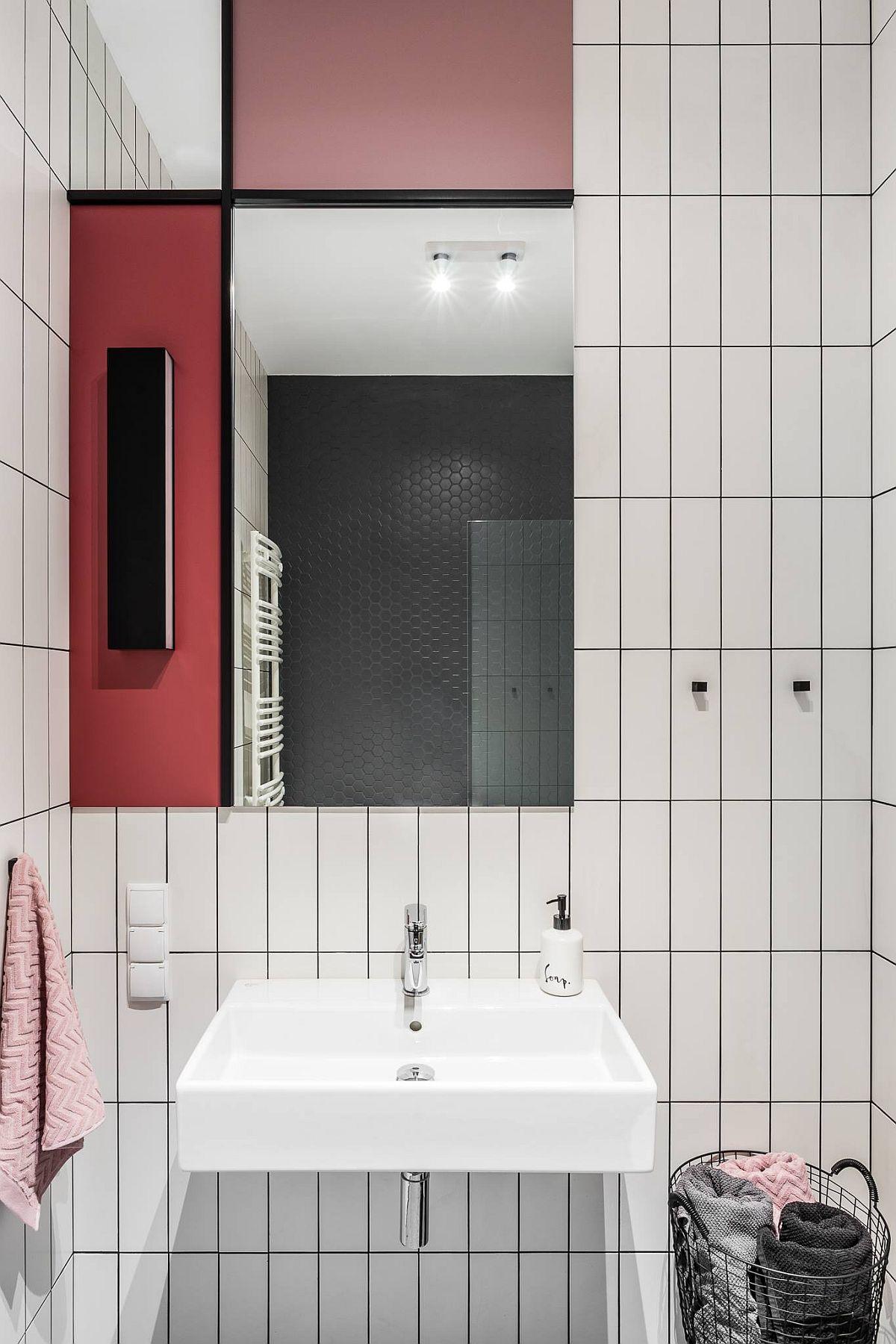 Baia este mică, ca atare arhitecții nu au încărcat-o cu mobilier, ci au prevăzut o oglindă cu panouri colorate, în ton cu amenajarea locuinței.