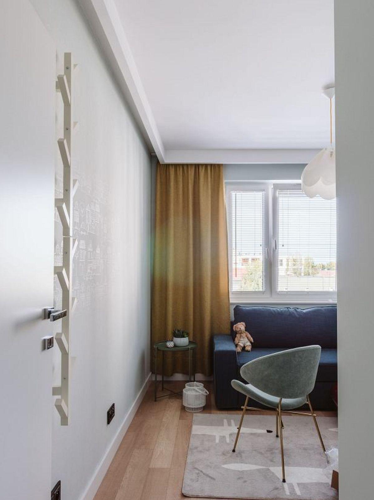 Dormitorul copilului mic este amenajat cu o canapea alături de pătuțul bebelușului. Astfel, ocazional, camera poate fi folosită și pentru oaspeți, dar totodată canapeaua asigură un loc de dormit unuia dintre părinți când aceștia vor să supravegheze copilul.