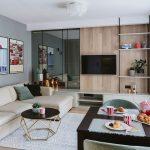 Pentru ca spațiul să nu se simtă mic, arhitecții au prevăzut în zona dedicată locului de tv placări diferite, respectiv PAL și sticlă. Panourile de sticlă dau impresia de continuare a spațiului și de mai multă luminozitate.
